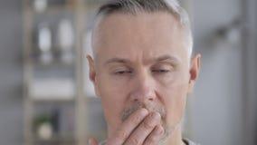 Gezichts Dichte die Omhooggaand van Gray Hair Man in Schok, door Verlies wordt verbaasd stock videobeelden