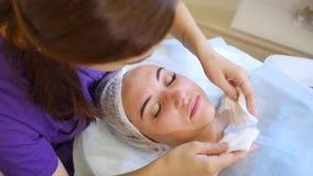 Gezichts drogen veegt af Het kosmetische procedures Mechanische schoonmaken van het gezicht stock footage