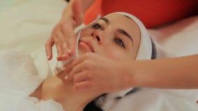 Gezichts drogen veegt af Het kosmetische procedures Mechanische schoonmaken van het gezicht cosmetology stock footage