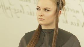 Gezichts jonge vrouw met klem op haar tijdens dicht omhoog het haircutting in herenkapper Vrouwelijk haarmodel in schoonheid stock footage