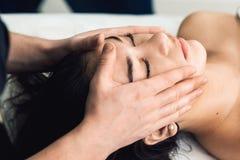 Gezichts massage in kuuroord De kosmetiekkliniek, kuuroord, wellness, gezondheidszorgconcept stock fotografie