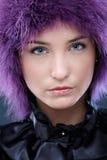 Gezichts portret van schoonheid in purpere pruik Royalty-vrije Stock Foto's