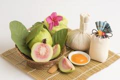 Gezichtsmasker met Guave en dooierwit voor bezoedelde huid (voor droge huid) Schoonheid en esthetisch van natuurlijke grondstoffe stock fotografie