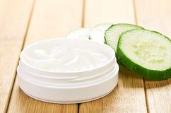 Gezichtsmasker met komkommerplakken Stock Afbeeldingen