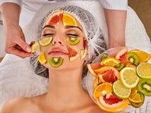 Gezichtsmasker van verse vruchten voor vrouw De schoonheidsspecialist past plakken toe Royalty-vrije Stock Foto