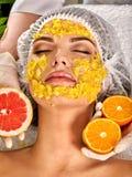 Gezichtsmasker van vruchten voor vrouw Meisje in medische hoed Stock Foto