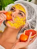 Gezichtsmasker van vruchten voor vrouw Meisje in medische hoed Royalty-vrije Stock Foto's