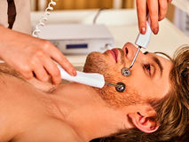 Gezichtsmassage bij schoonheidssalon Elektrische de huidzorg van de stimulatievrouw Stock Afbeeldingen