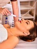 Gezichtsmassage bij schoonheidssalon Elektrische de huidzorg van de stimulatievrouw Royalty-vrije Stock Foto's