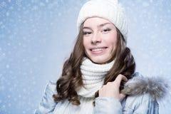 Gezichtsmeisje in de winterhoed Stock Foto's