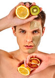 Gezichtsmensenmasker van vruchten en klei Toegepaste gezichtsmodder Royalty-vrije Stock Afbeeldingen