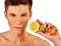 Gezichtsmensenmasker van vruchten en klei Toegepaste gezichtsmodder Stock Foto's