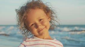 Gezichtsportret die van mooi meisje zich op het strand bevinden stock video