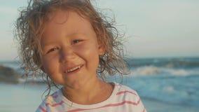 Gezichtsportret die van mooi meisje zich op het strand bevinden stock videobeelden