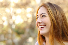 Gezichtsportret van het grappige vrouwengezicht lachen stock foto