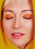 Gezichtsportret van mooie jonge vrouw met kleurrijke samenstelling Stock Afbeelding