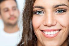 Gezichtsportret van tiener met toothy glimlach Royalty-vrije Stock Foto's