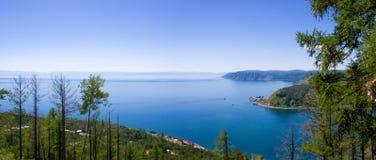 Gezichtspunt van de Angara-Rivier die van Meer Baikal, Siberië, Rusland stromen royalty-vrije stock fotografie