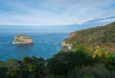Gezichtspunt van San Juan de Gaztelugatxe en Aqueche-eiland stock foto's