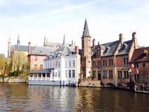Gezichtspunten van de oude stijl van de stadsarchitectuur in Brugge België Stock Afbeelding