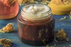 Gezichtsroom van calendula, honing en bijenwas stock fotografie