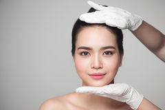 Gezichtsschoonheid Mooie Vrouw vóór Plastische chirurgieverrichting stock foto's