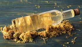 Gezichtstonicum van calendula en kamille stock afbeeldingen
