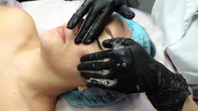 Gezichtsvoorbereiding voor kosmetische procedure stock footage
