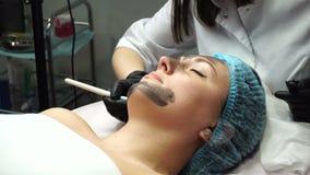 Gezichtsvoorbereiding voor kosmetische procedure stock videobeelden