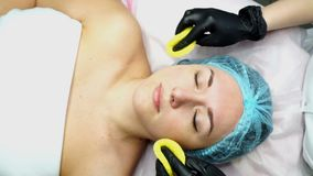 Gezichtsvoorbereiding voor kosmetische procedure stock video