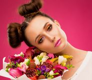 Gezichtsvrouw, fruitboeket, roze stock foto's