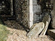Gezien mening van oude grafzerken, gestapeld door de partij van een oude Engelse kerk Royalty-vrije Stock Foto's