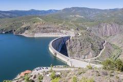 Gezien van hoogte van de Atazar dam en op de achtergrond de stad van dezelfde naam Madrid Spanje royalty-vrije stock foto