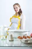 Gezinshulp in keuken stock afbeeldingen