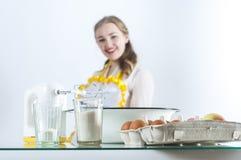 Gezinshulp in keuken stock foto's