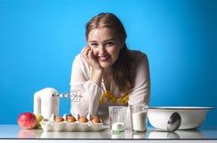 Gezinshulp in keuken stock afbeelding