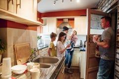 Gezinsleven in de Keuken stock foto's
