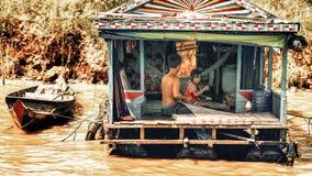 Gezinsleven in een flotating dorp op Tonle-Sapmeer Stock Fotografie