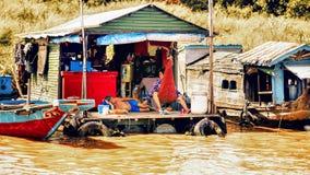 Gezinsleven in een flotating dorp op Tonle-Sapmeer Royalty-vrije Stock Foto