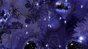Gezoem binnen van Kerstboom stock video