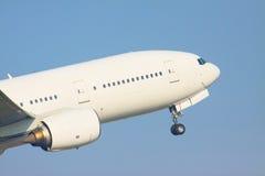 Gezoem eerlijke veiw van de start van de passagiersjet aan het vliegen voor Royalty-vrije Stock Foto's