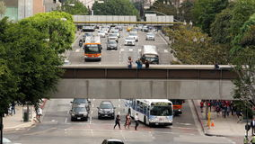 Gezoem Uit/boven de Mening van de Tijdtijdspanne van Verkeer/Voetgangers in Los Angeles Van de binnenstad Californië stock footage