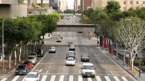 Gezoem Uit/boven Mening van Verkeer/Voetgangers in Los Angeles Van de binnenstad stock videobeelden