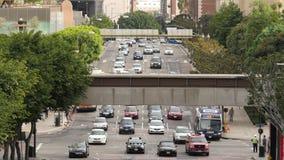 Gezoem Uit/boven Mening van Verkeer/Voetgangers in Los Angeles Van de binnenstad Californië stock footage