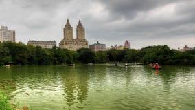 Gezoem uit Central Park met Wolkenkrabbers op de achtergrond stock videobeelden