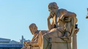 Gezoem uit de standbeelden van de Griekse filosofen Socratess & Plato stock footage