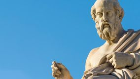 Gezoem uit het standbeeld van de Griekse filosoof Plato stock videobeelden