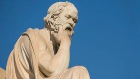 Gezoem uit het standbeeld van de Griekse filosoof Socrates stock video