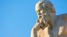 Gezoem uit het standbeeld van de Griekse filosoof Socrates stock footage