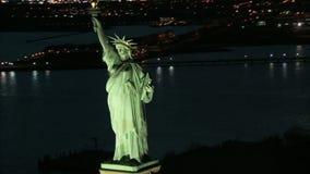 Gezoem uit van standbeeld van de antenne van de vrijheidsnacht stock videobeelden